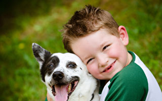 和寵物一起長大的孩子更有耐心。(Fotolia)