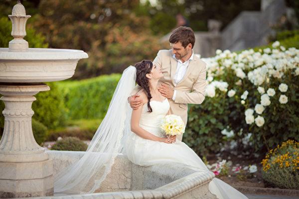 在西式婚礼中,伴郎和伴娘的设置有其来历。图为一对新人。(Fotolia)
