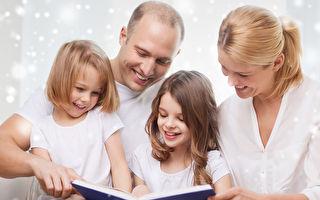 讀繪本時,對於孩子的任何發現,及時給予肯定,孩子覺得可以跟媽媽分享自己的發現,相互交流,幸福感油然而生,就使得繪本緊緊地抓住了孩子的心。(Fotolia)