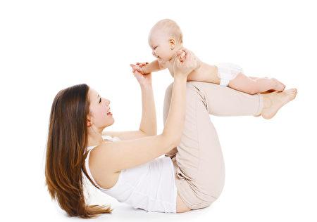 母親和寶寶玩樂,藉此鍛煉身體。(Fotolia)