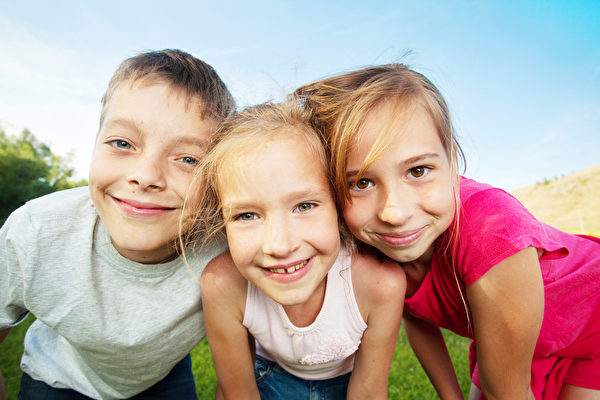 在儿童早期阶段让孩子学会独立思考和拥有自我独立的技能,可以帮助孩子树立自信心和提高自尊心。(Fotolia)