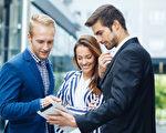 研究显示,面对面沟通并要求他人协助,其效果比使用电子邮件好许多。(Fotolia)