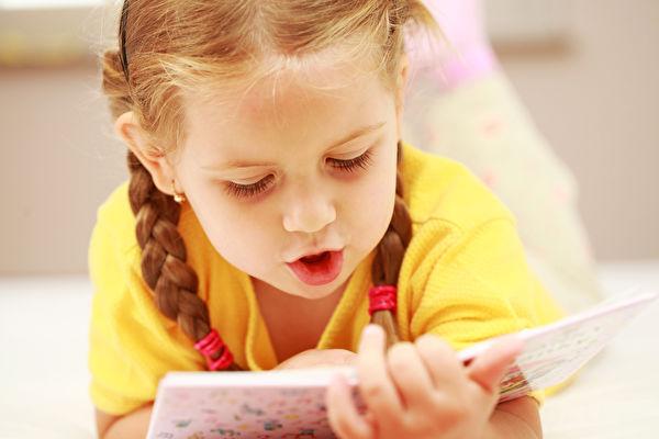 根据自己孩子的喜好,选择孩子自己非常感兴趣的内容和图画,孩子从中能获得快乐,就会看到立竿见影的效果。(Fotolia)