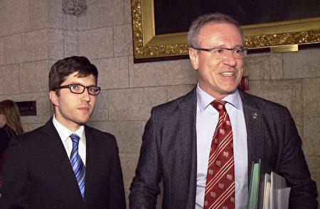 Genuis的法案获得Borys Wrzesnewskyj(右)议员的支持。他表示,共同合作,确保通过立法。(新唐人电视台)