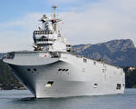 法国西北风号两栖舰艇于2017年4月29日驶入日本九州的海军基地,该舰将于5月5日与美英日三国在关岛附近海域举行大规模的联合军演,以震慑朝鲜联是来的导弹挑衅。(GERARD JULIEN/AFP/Getty Images)