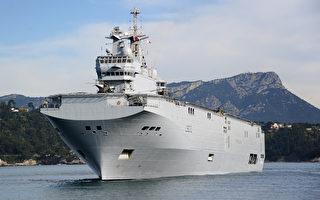 法國西北風號兩棲艦艇於2017年4月29日駛入日本九州的海軍基地,該艦將於5月5日與美英日三國在關島附近海域舉行大規模的聯合軍演,以震懾朝鮮聯是來的導彈挑釁。(GERARD JULIEN/AFP/Getty Images)