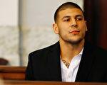 2013年8月,前美式橄欖球球星費南德茲(Aaron Hernandez)在麻州Attleboro地區法院出庭。(Jared Wickerham/Getty Images)