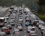 美國加州的公路上交通擁擠,但該州擬透過車輛行駛引發的震動來發電。圖為該州某公路的車況。(Justin Sullivan/Getty Images)