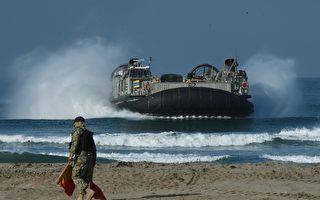 美国海军在1987年推出的气垫登陆艇(LCAC)是两栖战争的革命性发展。它基本上是一个带有平坦货舱的气垫船。LCAC可以直接从海上的两栖特遣部队运输60~75吨的货物到岸上。( MARK RALSTON/AFP/Getty Images)