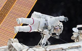 漫步太空的宇航员上周四(3月30日)丢失了一件重要的国际太空站防护衣,该防护衣被飘走了。图为美国宇航局宇航员斯科特·凯利(Stanley Kelly)2015年12月21日在太空漫步中。(NASA via Getty Images)