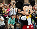 去年6月上海迪士尼乐园开幕,游客观看游行。(JOHANNES EISELE/AFP/Getty Images)