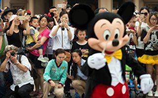去年6月上海迪士尼樂園開幕,遊客觀看遊行。(JOHANNES EISELE/AFP/Getty Images)