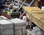建筑业工资不断降低,与其它私营企业收入的差距也不断缩小,美国建筑业工人今天的时薪要比他们在1970年代少挣5美元(经过通胀调整)。(Drew Angerer/Getty Images)