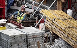 建築業工資不斷降低,與其它私營企業收入的差距也不斷縮小,美國建築業工人今天的時薪要比他們在1970年代少掙5美元(經過通脹調整)。(Drew Angerer/Getty Images)