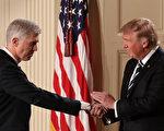 1月31日在白宫,美国总统川普在任命戈萨奇(左)为最高法院大法官人选后,与他握手。(Chip Somodevilla/Getty Images)