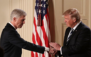 1月31日在白宮,美國總統川普在任命戈薩奇(左)為最高法院大法官人選後,與他握手。(Chip Somodevilla/Getty Images)