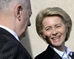 图为德国联邦国防部长Ursula von der Leyen(右)。    (OLIVIER DOULIERY/AFP/Getty Images)