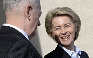 圖為德國聯邦國防部長Ursula von der Leyen(右)。    (OLIVIER DOULIERY/AFP/Getty Images)