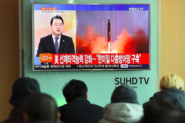 美國總統川普(特朗普)在北京時間4月24日上午與中國國家主席習近平通話,白宮稍後發布一份聲明表示,川習兩人發誓要「加強協調」,實現朝鮮半島無核化的目標。(JUNG YEON-JE/AFP/Getty Images)