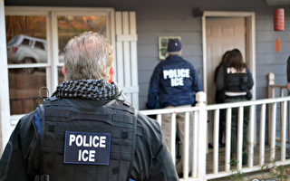 ICE官员3月29日在堪萨斯的劳伦斯逮捕了五名跟美国公民及移民服务局约谈的人。 (Bryan Cox/U.S. Immigration and Customs Enforcement via Getty Images)