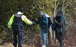 兩名來自蘇丹的非法移民在紐約州美加邊境被警方阻攔。(DON EMMERT/AFP/Getty Images)