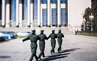 4月18日,習近平對新調整組建的84個中共軍級單位主官進行訓令,與此同時,軍隊改革後的集團軍也使用新的番號。 圖為,2017年3月7日,北京人民大會堂外的軍警。(DUFOUR/AFP/Getty Images)
