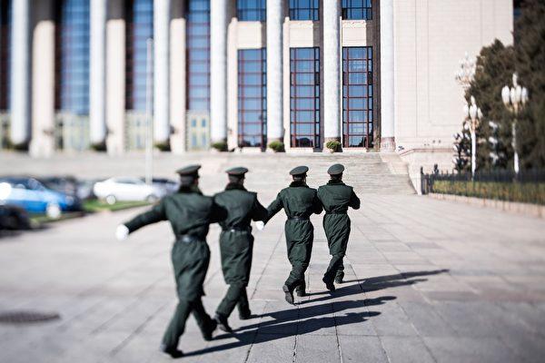 4月18日,习近平对新调整组建的84个中共军级单位主官进行训令,与此同时,军队改革后的集团军也使用新的番号。 图为,2017年3月7日,北京人民大会堂外的军警。(DUFOUR/AFP/Getty Images)