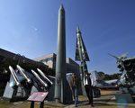 """朝鲜周二(4月25日)建军节没有发射导弹或进行核试验,而是在元山市举行大规模""""炮兵演习"""",向外界透露发动战争的强烈信息。(JUNG YEON-JE/AFP/Getty Images)"""