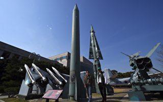 朝鮮週二(4月25日)建軍節沒有發射導彈或進行核試驗,而是在元山市舉行大規模「炮兵演習」,向外界透露發動戰爭的強烈信息。(JUNG YEON-JE/AFP/Getty Images)
