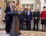 美國總統川普(特朗普)週五(31日)簽署了兩個行政令,指示相關部門審查美國的貿易赤字,打擊濫用貿易行為,並要求加強執行反傾銷法。 (Photo credit should read SAUL LOEB/AFP/Getty Images)