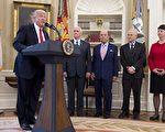 川普(特朗普)週五(3月31日)簽署了兩道行政令,指示相關部門審查美國的貿易赤字,打擊濫用貿易行為,並要求加強執行反傾銷法。(SAUL LOEB/AFP/Getty Images)