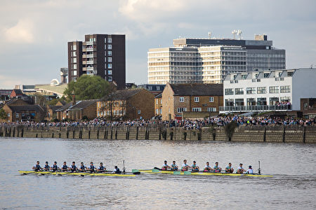 LONDON, ENGLAND - APRIL 02: Spectators look on as the Oxford (L) and Cambridge (R) men's teams take part in the annual Boat Race along the River Thames in Putney on April 2, 2017 in London, England. The 163rd annual Cancer Research Boat Races are held today which see crews from the Oxford and Cambridge Universities compete on a four mile course along the Thames. (Photo by Jack Taylor/Getty Images)