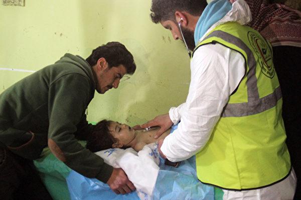 以色列國防部官員週三(4月19日)在對阿薩德政權武器能力的情報評估中說,敘利亞仍然有高達3噸的化學武器。圖為4月4日當天遭沙林毒氣攻擊受傷的一名孩童。(OMAR HAJ KADOUR/AFP/Getty Images)