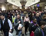 图:4月3日脱轨事故中,9号铁轨受损严重,修复时需关闭临近8条轨道。这对于新泽西10万纽约通勤者来说无疑是灾难。图为4月4日在纽约Penn Station前往新泽西火车站台的乘客。(Drew Angerer / Getty Images)