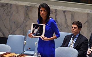美國駐聯合國大使哈利(Nikki Haley)週三在聯合國安理會會議上,拿著4日遭毒氣屠殺的敘利亞遇難孩童照片,質問俄羅斯「在你關心之前,還要犠牲多少孩童?」。(TIMOTHY A. CLARY/AFP/Getty Images)