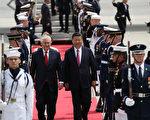 4月6日,美國務卿蒂勒森在佛州西棕櫚灘迎接前來訪問的中國國家主席習近平及夫人彭麗媛等一行。(Joe Raedle/Getty Images)
