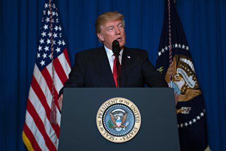 在空襲敘利亞後,川普在海湖莊園發表簡短談話。(JIM WATSON/AFP/Getty Images)