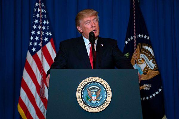 川普痛心地說,上帝的孩子不應該遭受這樣的恐怖。只要美國站在正義一般,那麼和平與和睦最終將會獲勝。 (Photo credit should read JIM WATSON/AFP/Getty Images)