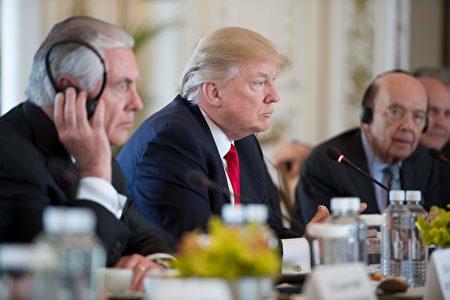 川普在4月7日川習會上,聆聽習近平發言。(JIM WATSON/AFP/Getty Images)