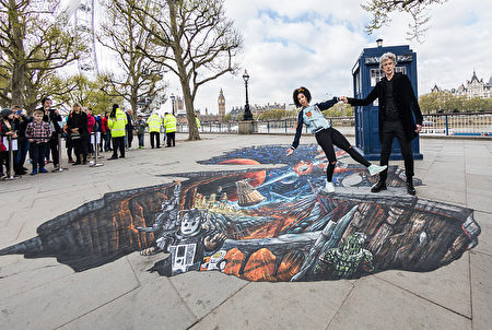 LONDON, ENGLAND - APRIL 12: To celebrate the new series of 'Doctor Who' which returns to BBC One on Saturday April 15, Peter Capaldi, (The Doctor) and Pearl Mackie (Bill) pose in front of the TARDIS and a huge 3D pavement painting depicting an alien landscape artwork by 3D Joe & Max on the Southbank on April 12, 2017 in London, United Kingdom. (Photo by Tim P. Whitby/Tim P. Whitby/Getty Images)