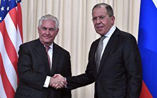 美國務卿蒂勒森週三(12日)與俄外長拉夫羅夫(Sergey Lavrov)在莫斯科會面。(Photo credit should read ALEXANDER NEMENOV/AFP/Getty Images)