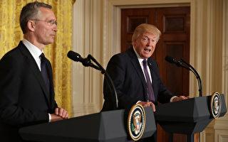 川普(右)稱敘利亞總統阿塞德為「劊子手」,並表示,該是結束敘國「殘酷」內戰的時候。圖左為北約秘書長斯托爾滕貝格。(Chip Somodevilla/Getty Images)
