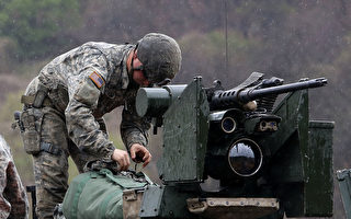 朝鮮半島局勢緊繃。4月14日,美國駐韓國士兵正在準備軍事演習。(Chung Sung-Jun/Getty Images)