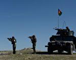 """阿富汗政府于2017年4月15日表示,美军在楠格哈尔省投下""""炸弹之母""""空袭伊斯兰国激进份子的死亡人数已增至94人,其中包括4个组织头目,据估死亡人数还会持续增加。本图为驻守在楠格哈尔省与激进组织作战的阿富汗军队。(NOORULLAH SHIRZADA/AFP/Getty Images)"""