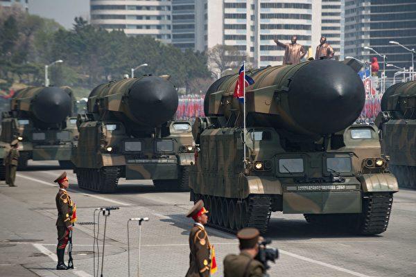 朝鮮上週六(4月15日)閱兵首度展示6枚「北極星」(Pukkuksong)潛射彈道導彈(SLBM)及2枚新型洲際彈道導彈(ICBM),使用中國製卡車,突顯執行聯合國制裁朝鮮決議的困難。(ED JONES/AFP/Getty Images)