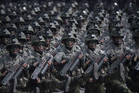 """朝鲜近期高调展示导弹及炮兵军力,但专家发现,有些是虚张声势,展示的是""""假货""""。(ED JONES/AFP/Getty Images)"""