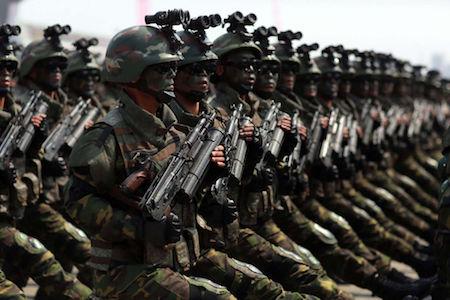 """有分析指,朝鲜特殊作战军的任务,是应对美韩两军对金正恩的""""斩首""""行动。图为15日在平壤举行的阅兵式。(STR/AFP/Getty Images)"""