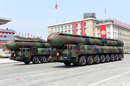 朝鲜在15日阅兵上展示装载固态燃料火箭的罐体。(STR/AFP/Getty Images)