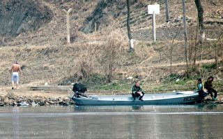 中朝边境鸭绿江边的朝鲜人。(JOHANNES EISELE/AFP/Getty Images)