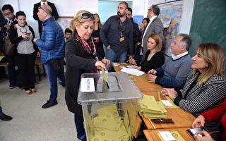 土耳其16日(週日)舉行里程碑式憲法修正案公投。圖為一名女選民在首都安卡拉投票。(Erhan Ortac/Getty Images)